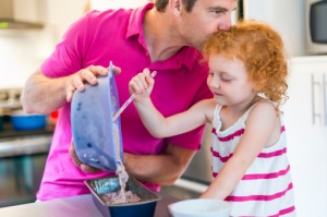 menina-ajudando-pai-bolo