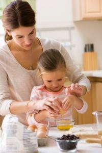 menina-aprendendo-abrir-ovo