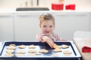 menina-arrumando-biscoitos-forma