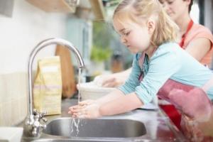 menina-lavando-mao